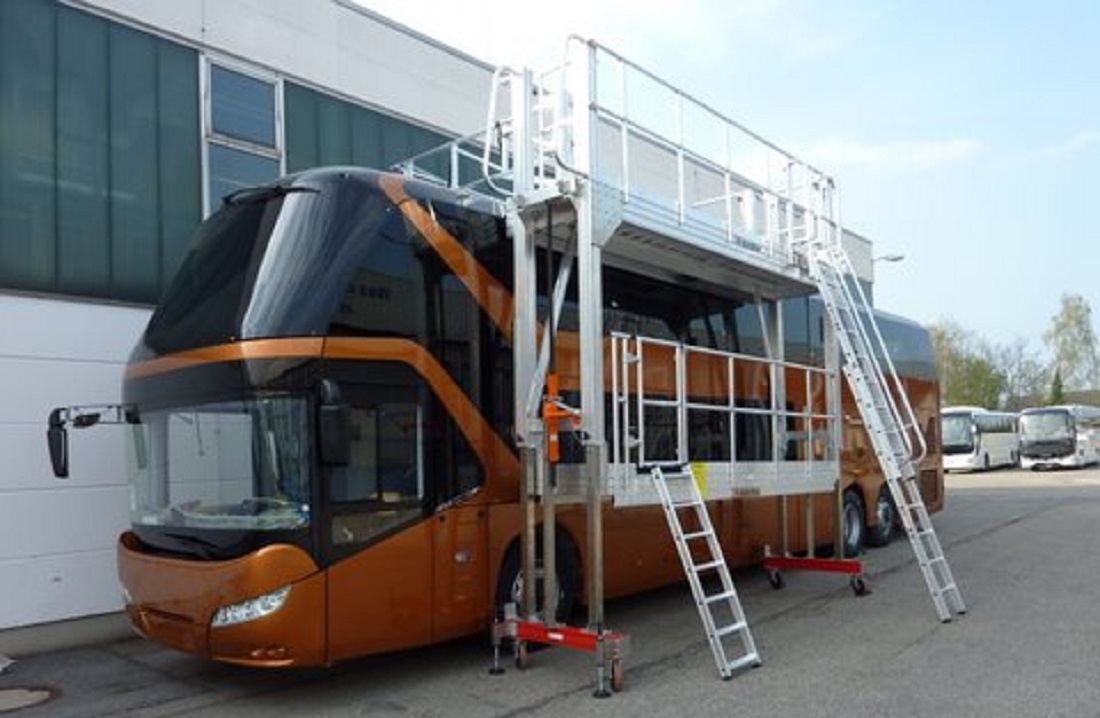Mobile roof and lateral working platform